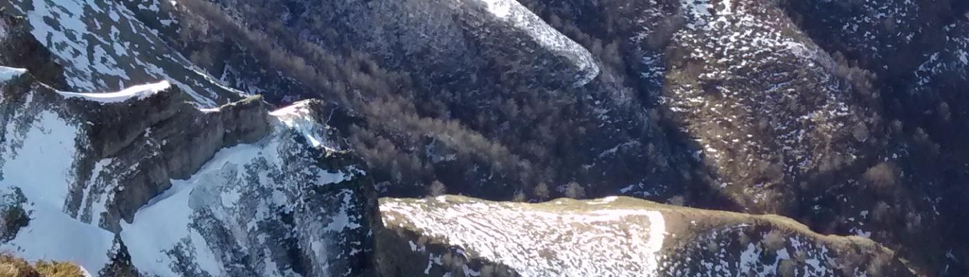 Vista al valle del Bernacho, es un día soleado y la nieve en los montes recede